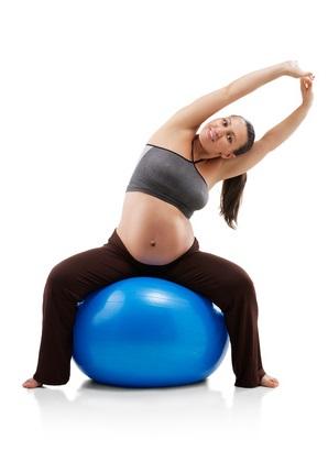 Наклоны в стороны на фитболе для беременных