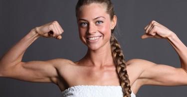 Упражнения на бицепс с гантелями для женщин